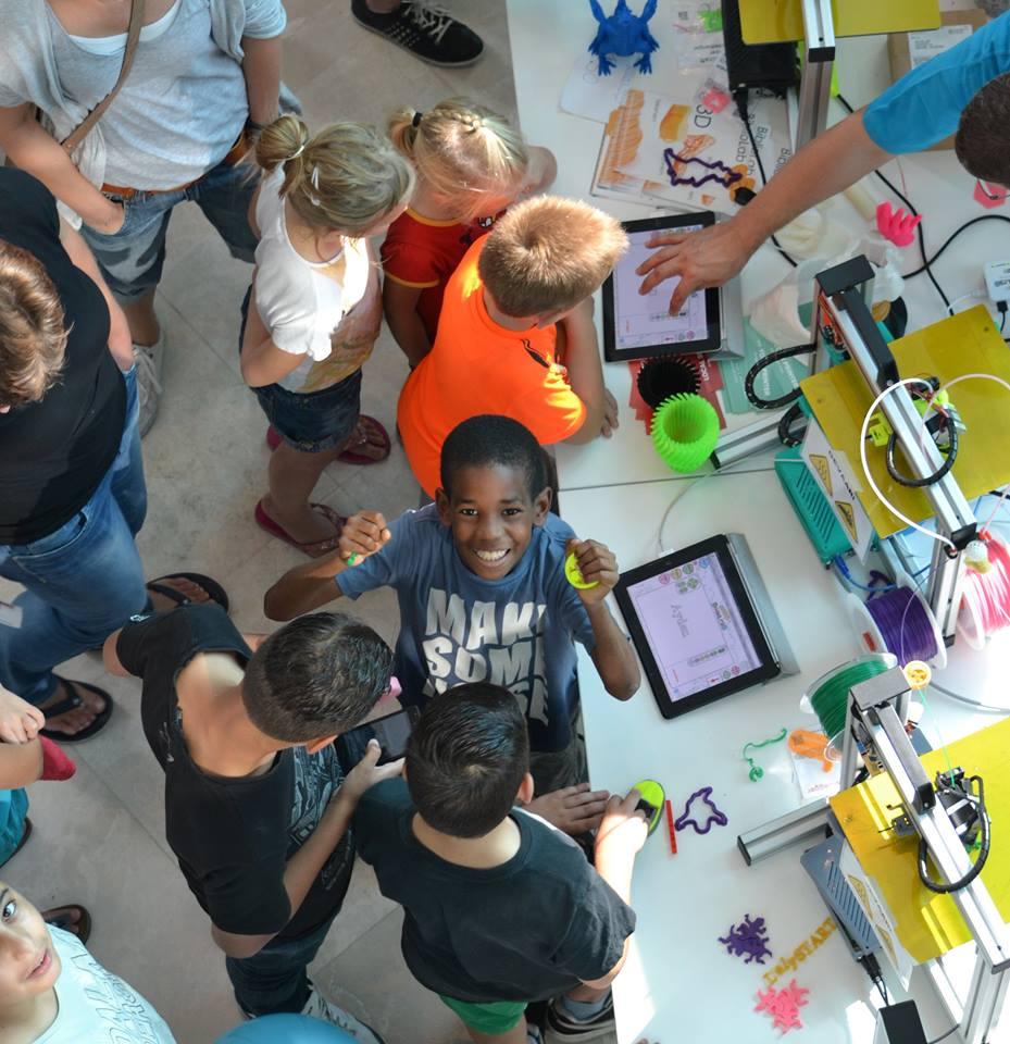 Kinderen aan het 3D printen, foto bibliolab lelystad